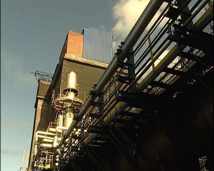 Выбросы пыли и газа в атмосферу сводятся к минимуму.  А коксовый газ идет на обогрев самой батареи.